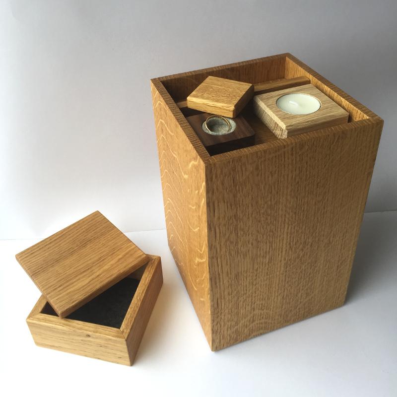 Sfeerfoto urn eikenhout met accessoires 18-021