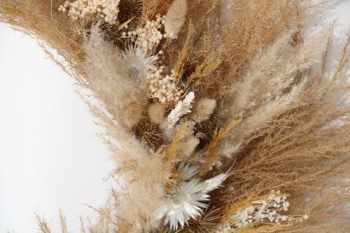 Rouwkrans van droogbloemen in natuurlijke tinten close up