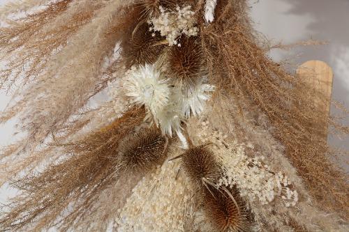 Rouwkrans van droogbloemen in natuurlijke tinten detailfoto