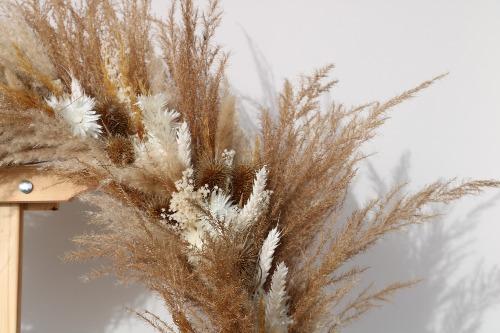 Rouwkrans van droogbloemen in natuurlijke tinten close up met detail