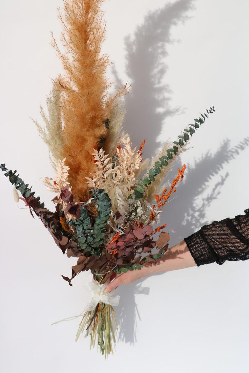 Rouwboeket van droogbloemen in kleurrijke tinten